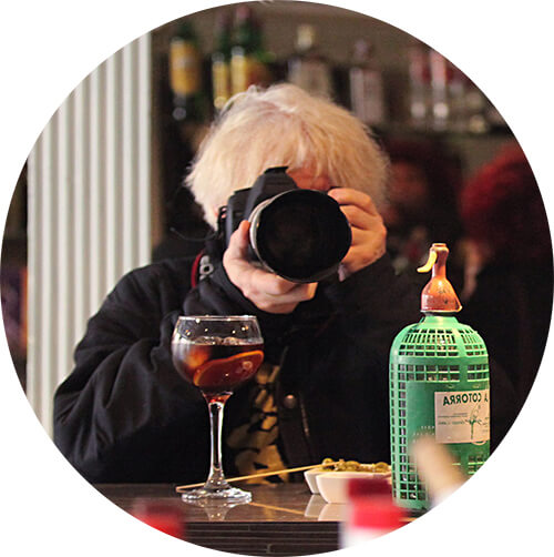 Zwiedzacz z aparatem Canon D5 w rękach
